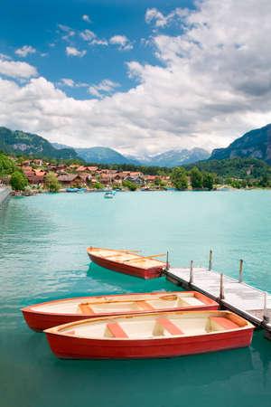 スイスのベルンのカントンでインターラーケン地区に見えるブリエンツ湖の手漕ぎボート。