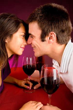 ワインを飲みながら近づいてカップル