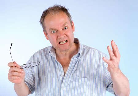 何かについて怒っている男