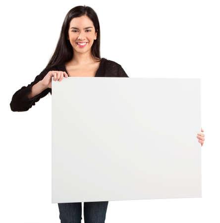 空白の白い看板を持っている若い女性