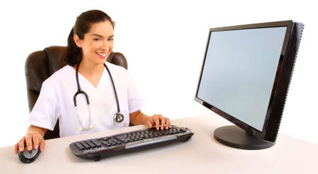 笑みを浮かべて座っている看護師と彼女のコンピューターでの作業 写真素材
