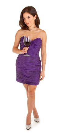 ワインのガラスを保持している、イブニング ドレスに立っている女性