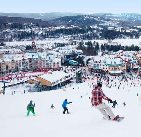 モントランブラン, カナダ-2014 年 2 月 9 日スキーヤーとスノーボーダーがメインに下がって斜面 Mont Tremblant モンブラン トランブラン スキー場リゾー