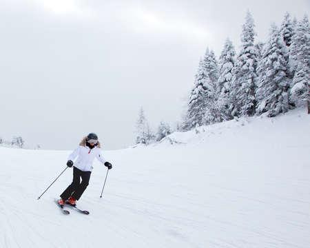 Mont-Tremblant, Quebec, Canada - 9 febbraio 2014 Un sciatore solitario sta scivolando lungo un pendio facile a Mont-Tremblant Ski Resort E 'riconosciuto dalla maggior parte degli esperti del settore come la migliore località sciistica del Nord America orientale Archivio Fotografico - 26944469