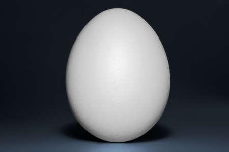 Una posizione verticale bianco d'uovo Archivio Fotografico