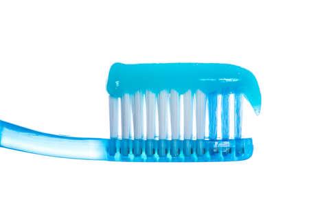 Uno spazzolino da denti con dentifricio su sfondo bianco studio isolato