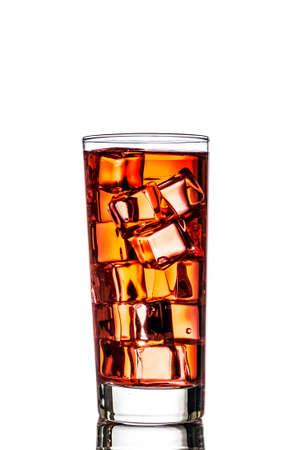 Un bicchiere di t� con ghiaccio su sfondo bianco