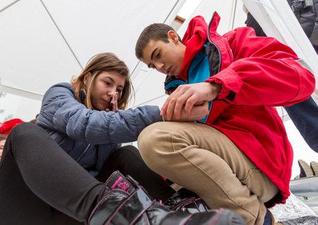 cruz roja: Sofia, Bulgaria - 05 de diciembre 2014: Los miembros de Bulgaria (BRCY) organizaci�n de j�venes voluntarios de la Cruz Roja de la Juventud participan en una simulaci�n de la formaci�n de una situaci�n de desastre natural. Editorial