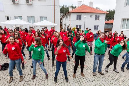 cruz roja: Sofia, Bulgaria - 05 de diciembre 2014: Los miembros de Bulgaria (BRCY) organizaci�n de j�venes voluntarios de la Cruz Roja de la Juventud est�n haciendo ejercicios antes de participar en una simulaci�n de entrenamiento de una situaci�n de desastre natural. Editorial