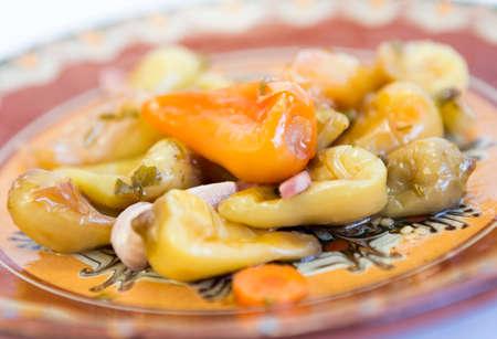 chiles picantes: Los pimientos picantes en una placa de cer�mica aislados en blanco.