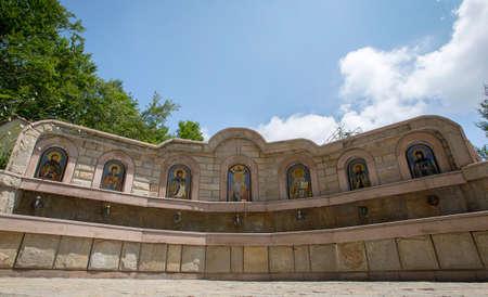 vierge marie: Sept ic�nes chr�tiennes sur une fontaine pr�s d'une �glise. Banque d'images