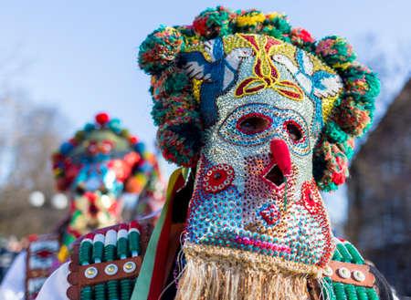 promotes: Los participantes est�n participando en el Festival Internacional de Juegos Masquerade Surva. El festival promueve variaciones de antiguas costumbres y m�scaras b�lgaros y extranjeros que a�n est�n vivos hoy. Foto de archivo