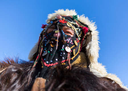 promotes: Participante est� participando en el Festival Internacional de Juegos Masquerade Surva. El festival promueve variaciones de antiguas costumbres y m�scaras b�lgaros y extranjeros que a�n est�n vivos hoy. Foto de archivo