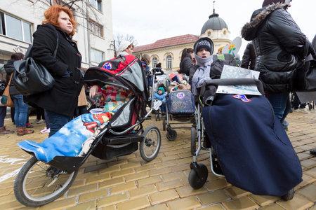 enfants handicap�s: Sofia, Bulgarie - 3 Avril, 2015: Les parents et les parents des enfants et des adultes handicap�s physiques protestent contre les lois de l'Etat auquel ils considere discriminatoires. �ditoriale