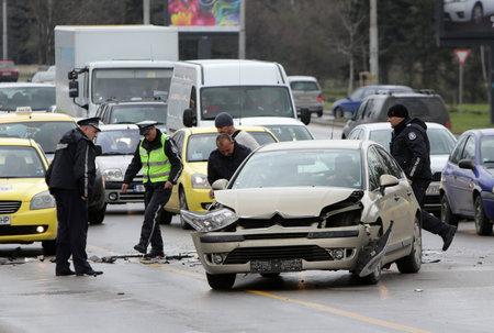 policier: Sofia, Bulgarie - 7 Avril, 2015: Un crash accident de voiture � Tsarigradsko shouse boulevard de Sofia, en Bulgarie.