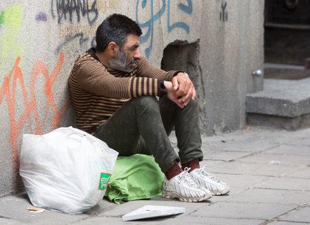 vagabundos: Skopje, Macedonia - 14 de mayo de 2015: Un mendigo sin hogar está pidiendo en una concurrida calle en el centro de Skopje. Macedonia sigue siendo uno de los países más pobres de los Balcanes años después del colapso de la Unión Soviética.