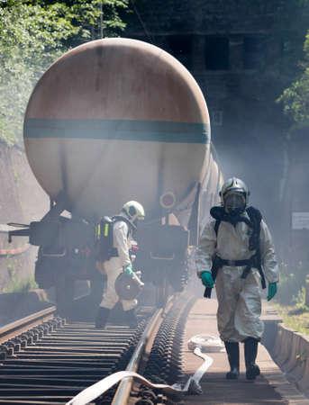 riesgo quimico: Un equipo que trabaja con �cidos t�xicos y productos qu�micos se acerca a un accidente qu�mico tren de carga cerca de Sof�a, Bulgaria. Los equipos de bomberos est�n participando en un entrenamiento de emergencia con materiales t�xicos e inflamables derramados.