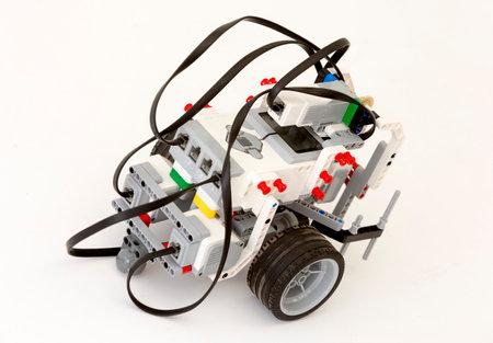 robot: Sofia, Bulgaria - 15 de mayo de 2015: Un robot hecho con bloques de LEGO se muestra en el festival de la ciencia Sof�a. El robot puede ser Contolled remota.