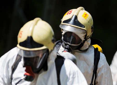 Un equipo que trabaja con ácidos tóxicos y productos químicos se acerca a un accidente químico tren de carga cerca de Sofía, Bulgaria. Los equipos de bomberos están participando en un entrenamiento de emergencia con materiales tóxicos e inflamables derramados. Foto de archivo - 40399687