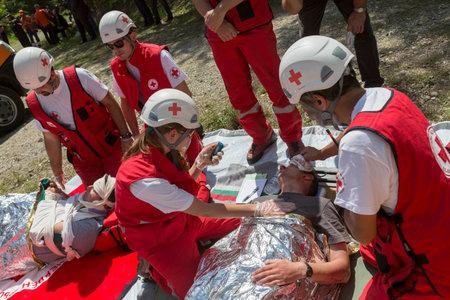 botiquin de primeros auxilios: Sof�a, Bulgaria - 19 de mayo 2015: Los voluntarios de la Cruz Roja b�lgara organizaci�n est�n participando en un entrenamiento con el departamento de Bomberos. Ellos est�n ayudando a los primeros auxilios a las personas involucradas en un accidente de accidente de tren. Editorial