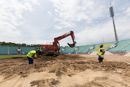 ソフィア, ブルガリア - 2015 年 6 月 8 日: 労働者は、ブルガリアの国立競技場の全面的な革新の一部として「ヴァシル ・ レフスキー」を修復していますいます。