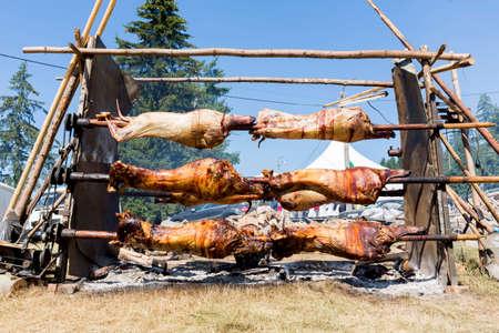 Torréfaction traditionnelle bulgare barbecue d'agneau. Il est rôti sur un feu ouvert, cuit dans une manière spéciale. Le plus souvent, le barbecue est préparé d'un bélier, agneau, chèvre ou brebis et traitées par le slasher. Banque d'images - 43457007