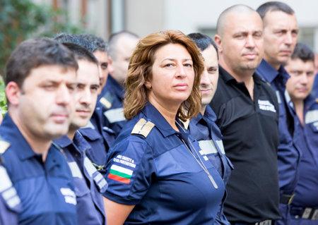firefighter: Sofia, Bulgaria - 15 de julio de 2015: Un bombero mujer est� de pie entre sus colegas en una l�nea durante una ceremonia de premiaci�n.
