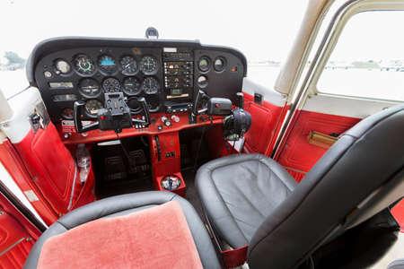 panel de control: Panel de control de escritorio de Vuelo en un viejo peque�o avi�n de dos asientos.