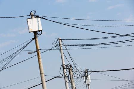 cables electricos: Los postes de electricidad con muchos cables el�ctricos y cajas blancas en el barrio gitano en Sof�a, Bulgaria.