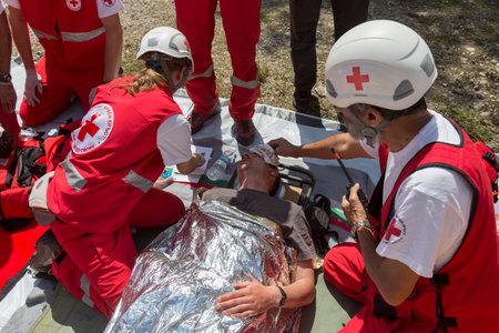 red cross: Sof�a, Bulgaria - 19 de mayo 2015: Los voluntarios de la Cruz Roja b�lgara organizaci�n est�n participando en un entrenamiento con el departamento de Bomberos. Ellos est�n ayudando a los primeros auxilios a las personas involucradas en un accidente de accidente de tren. Editorial