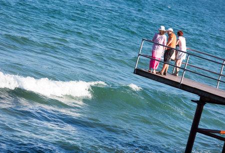 mujer mirando el horizonte: Sozopol, Bulgaria - 1 septiembre 2015: ATourists est�n viendo las aguas del mar Negro desde un muelle en Sozopol, Bulgaria.