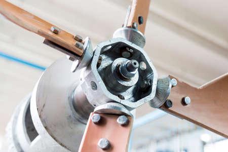examenes de laboratorio: Viento generador de turbina en un laboratorio de los estudiantes en una universidad técnica europea. Instalación diseñada para la investigación educativa, pruebas y exámenes.