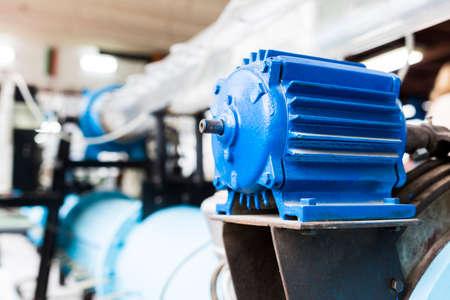 educacion fisica: Motor eléctrico azul en un laboratorio de los estudiantes en una universidad técnica europea. Instalación diseñada para la investigación educativa, pruebas y exámenes.