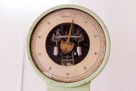 examenes de laboratorio: Vieja máquina de pesaje en un laboratorio de los estudiantes en una universidad técnica europea. Instalación diseñada para la investigación educativa, pruebas y exámenes. Foto de archivo