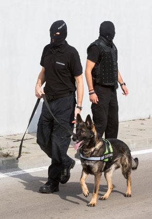 droga: Los funcionarios de aduanas y su perro est�n participando en un entrenamiento para la detecci�n de drogas en el aeropuerto de Sof�a. Los perros son entrenados para encontrar drogas de contrabando en el equipaje.