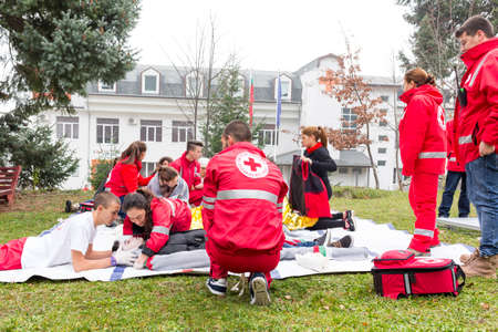 Sofia, Bulgaria - December 5, 2015: Volunteers from the Bulgarian Red Cross Youth Organization are participating in a training of saving people from a building during an earthquake. 免版税图像 - 53571935