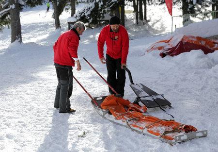 cruz roja: Sof�a, Bulgaria - 21 de enero 2016: Los equipos de rescate de servicio de rescate de monta�a en la Cruz Roja b�lgara se est�n preparando para una misi�n de rescate en monta�a Vitosha. Ellos est�n respondiendo a una se�al para las personas enterradas en avalancha.