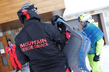 cruz roja: Sofía, Bulgaria - 21 de enero 2016: Los equipos de rescate de servicio de rescate de montaña en la Cruz Roja búlgara se están preparando para una misión de rescate en montaña Vitosha. Ellos están respondiendo a una señal para las personas enterradas en avalancha.