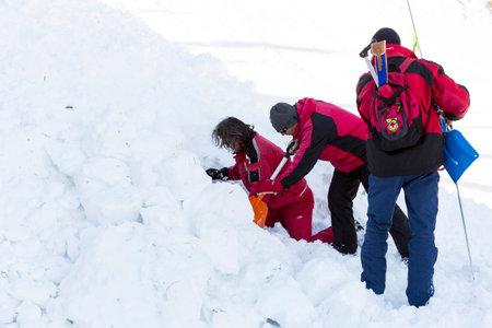 cruz roja: Sofía, Bulgaria - 28 de enero 2016: Los equipos de rescate del Servicio de Rescate de la montaña en la Cruz Roja de Bulgaria están participando en un entrenamiento para salvar a la gente en una avalancha.