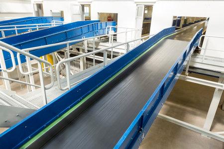 Innerhalb eines neuen modernen Biomasseabfallverwertungsanlage. Als Energiequelle wird Biomasse direkt über die Verbrennung verwendet, um Wärme zu erzeugen, und indirekt, nachdem sie auf verschiedene Formen von Biokraftstoff umgewandelt wird. Editorial