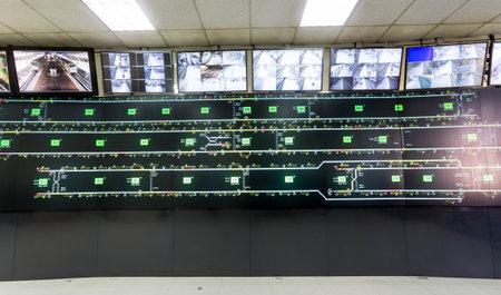 monitoreo: Sala de control para el metro de Sofía, Bulgaria. Mapas de tráfico y sistema de vigilancia de monitoreo de video.