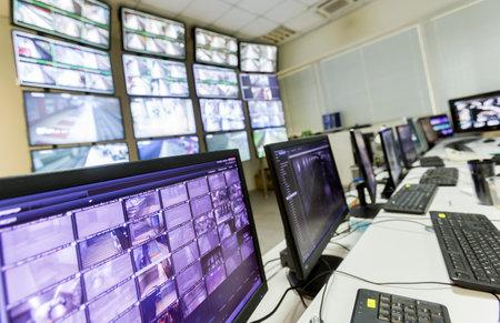 tablero de control: La sala de control del tráfico del metro. Los monitores de ordenador.