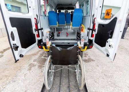 minusvalidos: Minibús para personas con discapacidad física. Editorial