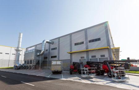 Nueva planta de residuos industriales moderna desde el exterior. Planta de conversión de residuos en energía. Produce electricidad y calor directamente a través de la combustión. Produce una mercancía de combustible combustible, tal como metano, metanol, etanol y combustibles sintéticos. Editorial