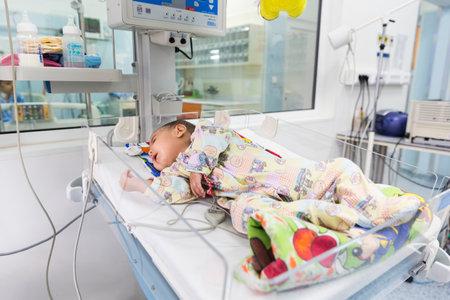 Sofía, Bulgaria - 1 de marzo de, 2016: Un bebé con una enfermedad cardíaca está acostado en una cama en un hospital de niños cardilogical. Tratamiento de alta calidad con equipos modernos.