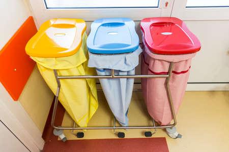 Tres ubicaciones de reciclaje en un hospital para los diferentes tipos de residuos.