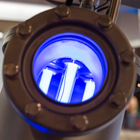 filtración: filtración y purificación del agua con las lámparas fluorescentes en una tubería de flujo de agua. La nueva tecnología EnergyWise. Amigable con el medio ambiente. Foto de archivo