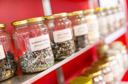 Aluminium bochten in een glazen pot onder andere potten vol met verschillende metalen krullen gevolg van het snijden van metaal.
