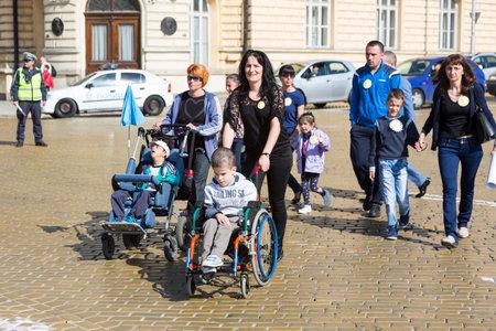Sofia, Bulgarije - 6 april 2016: lichamelijk en geestelijk gehandicapte worden begeleid door hun ouders, familieleden en vrienden op een protest tegen het beleid tegen hen. Redactioneel