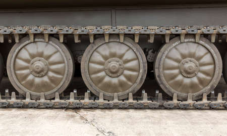 pisar: El tanque de batalla del ejército búlgaro. Tanque de la banda de rodadura con ruedas. Foto de archivo